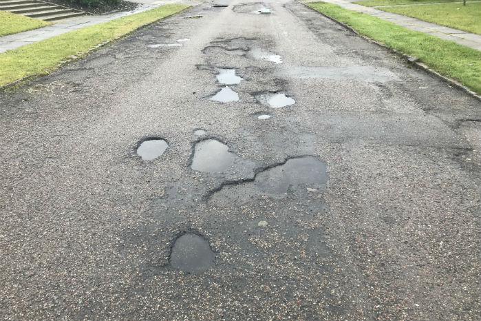 Slaghuller dannes typisk ved, at trafikken kører asfaltbelægningen i stykker, fordi det våde og kølige vejr gør belægningen ekstra sårbar
