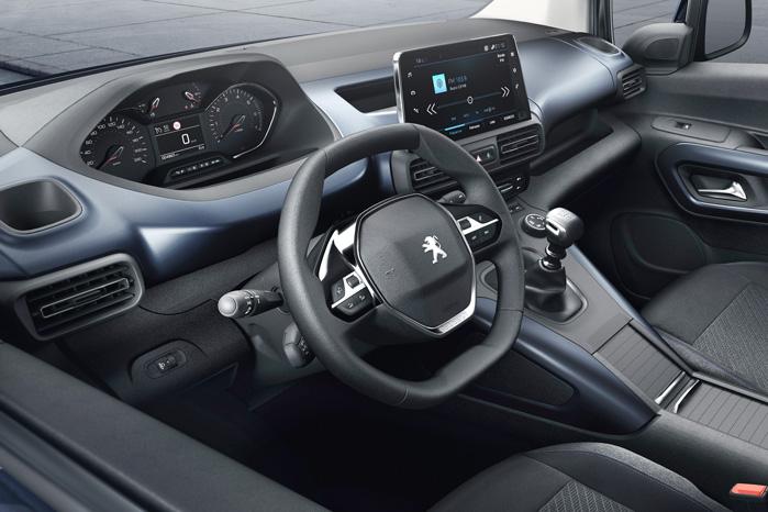 ...men læg så lige mærke til, at Peugeot får det fede i-Cockpit, som de ikke deler med nogen. Heller ikke trillingesøstrene