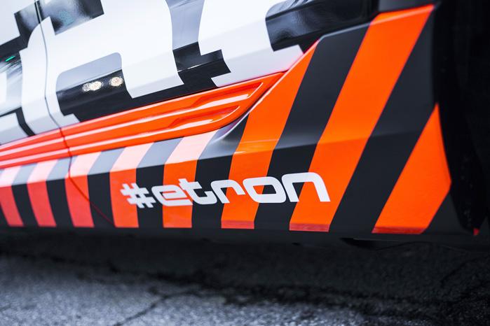 De orange og sorte felter nederst på e-tron skal symbolisere højspænding, som man ser det på industrielle anlæg