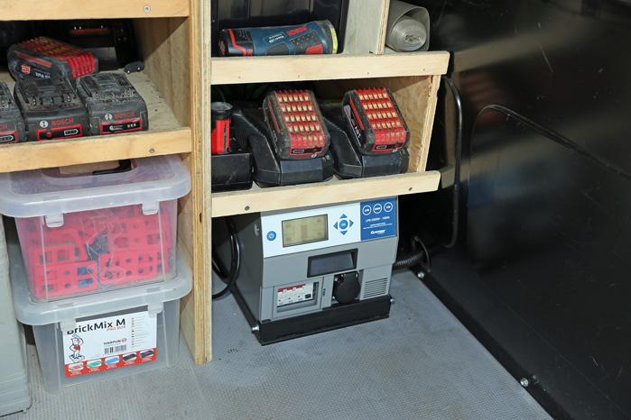 Den lille LPS blev monteret under reolen, som blev indrettet med batterihylde