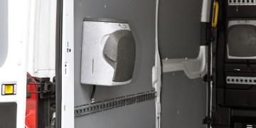 Vasken er lavet i slagfast plast og kan monteres både ude og inde