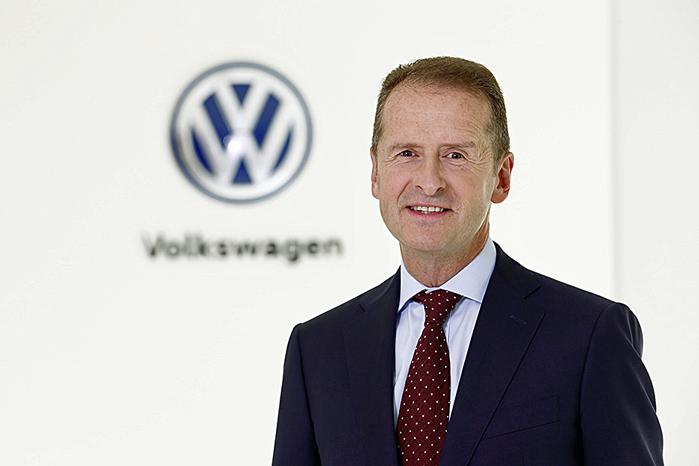 Herbert Diess tiltrådte som koncern-CEO i april. Nu kan han ikke levere biler, der allerede er produceret