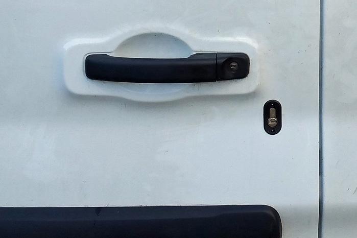 Udefra viser den ekstra låsecylinder og en mærkat tyven, at der er ekstra svært at bryde ind i denne varebil