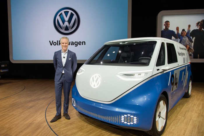 ID. Buzz Cargo blev senest vist ved motorshows i Hannover og Los Angeles. Her præsenterer CEO Scott Keogh fra VW Group of America konceptet på udstillingen i Los Angeles. Foto: VW