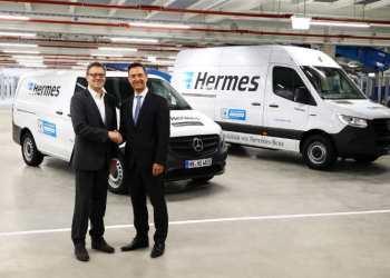 Klaus Maier (tv) fra Mercedes-Benz Vans overrækker den første serieproducerede eVito til CEO Olaf Schabirosky fra Hermes Germany. Foto: Daimler