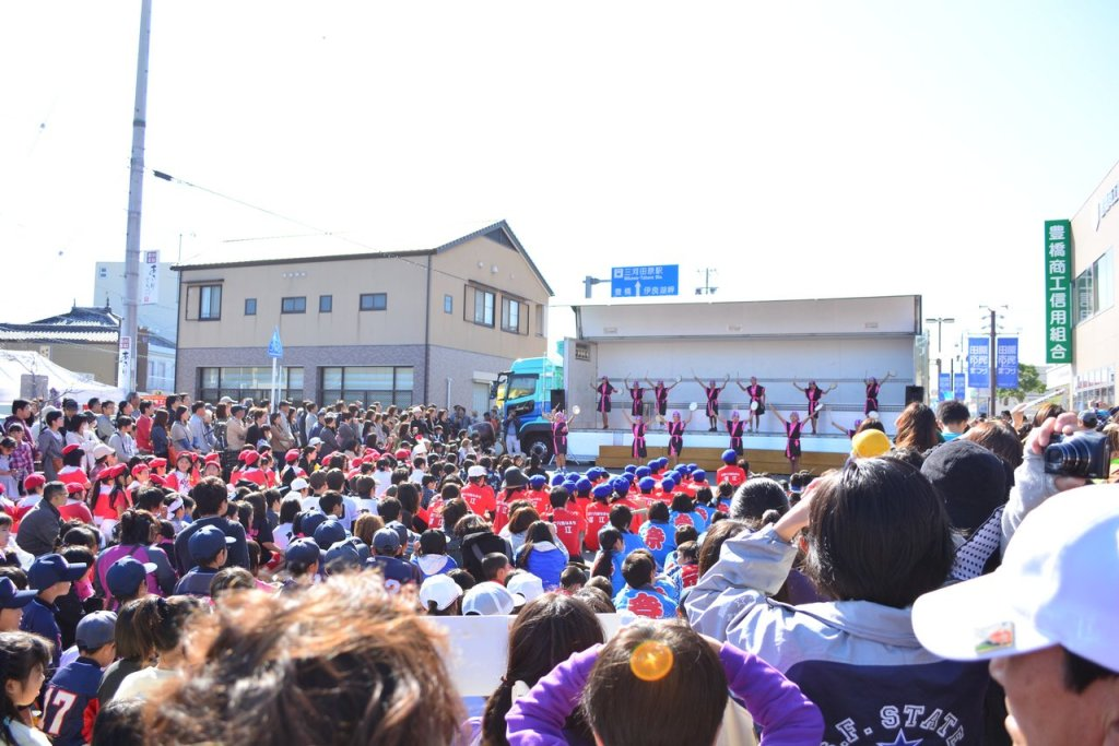 This is the middle of the crowds watching the performance in the tahara festival