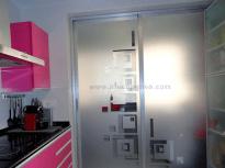 Puerta de cristal decorativo para separación de cocina.