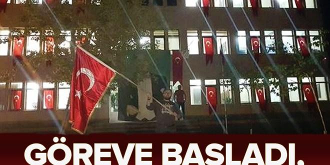 Yeni atanan kayyum belediye binasını Türk bayrakları ile donattı