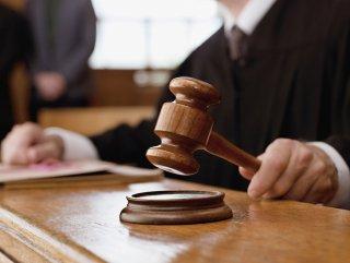 Eşiyle gördüğü hakimi bıçaklayan sanığa 3 yıl 9 ay hapis