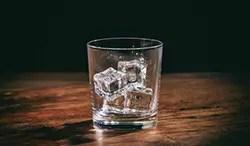 冷凍庫の温度を下げてゆっくりと氷を作る