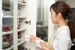 使いやすくて見た目もオシャレ! 食器棚の素敵な収納テクを大公開!