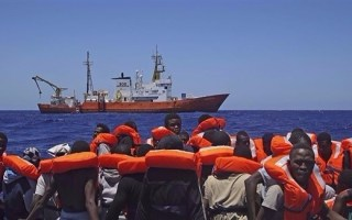 تراجع عدد المهاجرين إلى إيطاليا من ليبيا…لكن الكلفة عالية جداً