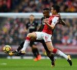 أرسنال يقترب من فرق المقدمة في الدوري الإنجليزي بفوز صعب على سوانزي سيتي