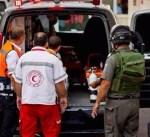 الضفة الغربية: الاحتلال يعتقل جريحاً فلسطينياً داخل سيارة إسعاف قرب الخليل