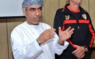 رئيس اتحاد كرة القدم العماني ومدرب المنتخب يحصلان على وسام الاستحقاق من السلطان قابوس