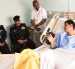 الفريق الدوسري يزور العريف المطيري بمستشفى العدان
