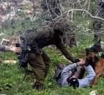 الجيش الإسرائيلي يعتدي على أسرى فلسطينيين خلال اعتقالهم