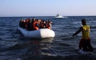 خفر السواحل اليوناني يوقف قارباً على متنه 56 مهاجراً بينهم أطفال