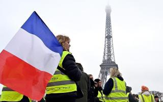 """مئات السيدات من """"السترات الصفراء"""" يتظاهرن في باريس"""