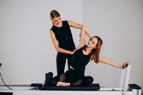 Mujer realizando pilates en reformer