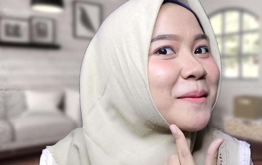 Tutorial Hijab Segi Empat untuk Wajah Bulat Sematkan Peniti dan Pipi Tembem Tidak Terlihat