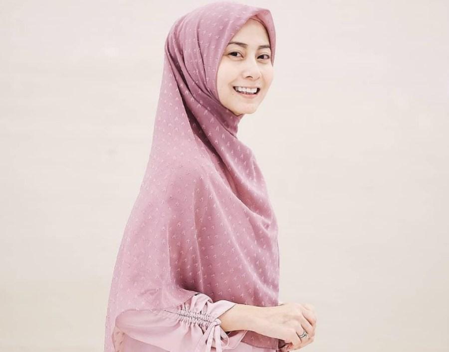 Kenakan Hijab Praktis Langsung Pakai Jenis Ruby untuk Wajah Bulat