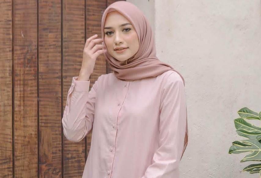 Kenakan Style Hijab Formal dan Polos Cocok Bagi Wajah Bulat