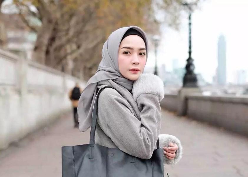 Pilih Motif Ciput dan Hijab Polos Agar Wajah Bulat Terlihat Oval