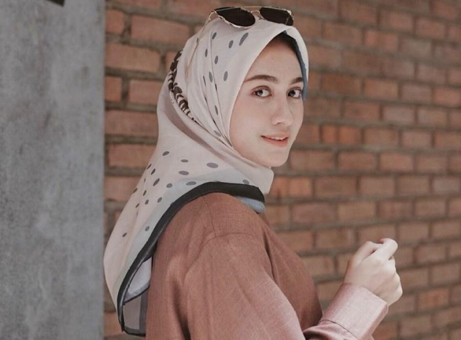 Pilih Motif Hijab Elegan dan Sederhana Muda untuk Wajah Bulat