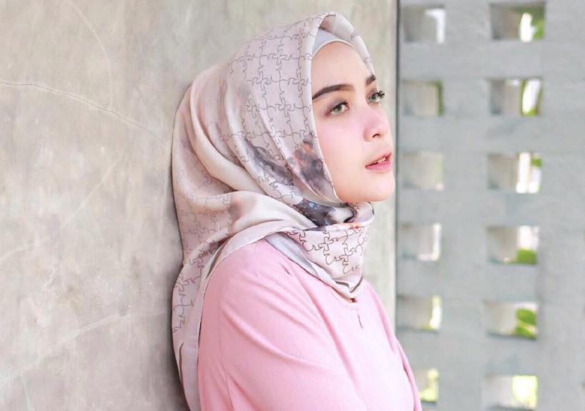Sejajarkan Posisi Hijab dengan Tulang Pipi Pada Wajah yang Bulat