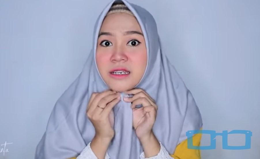 Tutorial Hijab Segi Empat Sederhana Syari untuk Wajah Bulat Paskan dengan Bentuk Wajah dan Sematkan Pentul Dibawah Dagu