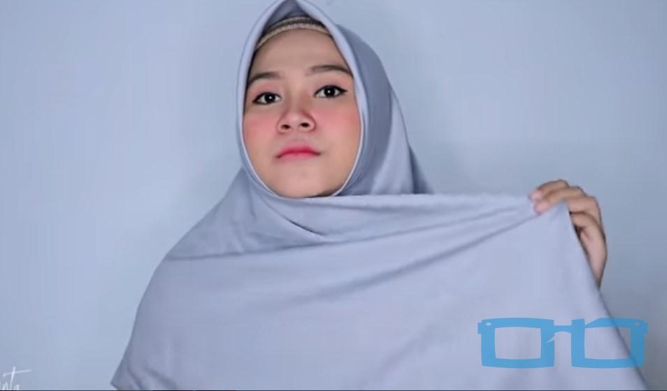Tutorial Hijab Segi Empat Syari Terbaru untuk Wajah Bulat Bawa Salah Satu Sisi Hijab ke Samping Kepala