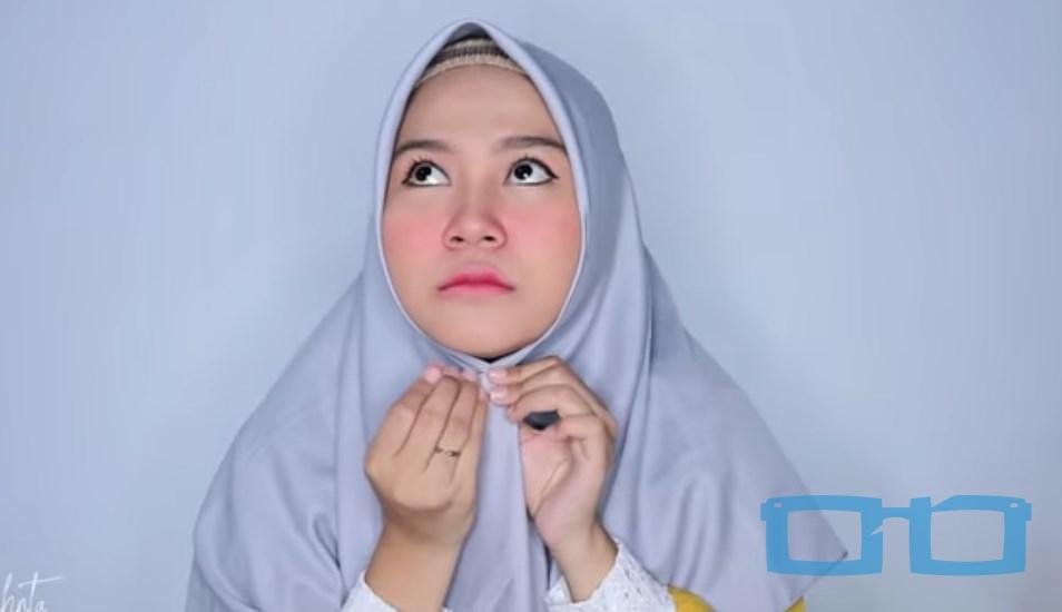 Tutorial Hijab Segi Empat Syari Terbaru untuk Wajah Bulat Sesuaikan Hijab dengan Bentuk Wajah Rapikan dan Sematkan Jarum Pentul