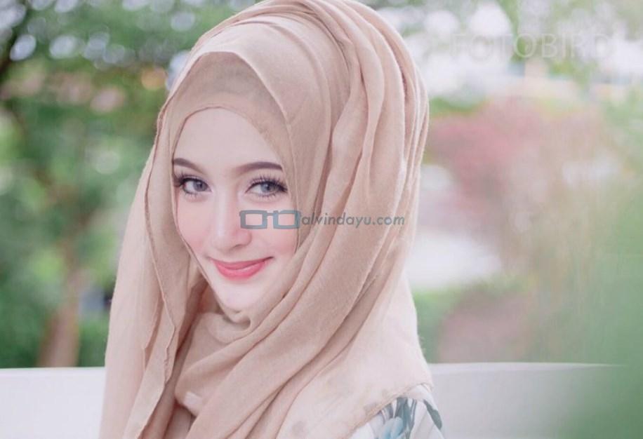 Warna Hijab Cerah dan Kontras Untuk Wajah Bulat Cenderung Gelap