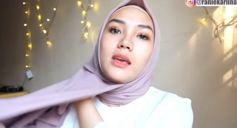 Cara Memakai Jilbab Segi Empat Modis, Sederhana dan Cantik, Masukkan dan Tata dengan Rapi Sisi Hijab yang Pendek Tadi