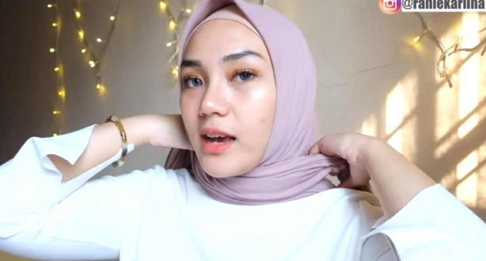 Cara Memakai Jilbab Segi Empat Sederhana untuk Wajah Bulat, Bawa dan Arahkan Jilbab ke Belakang Lalu Ikat dengan Rapi
