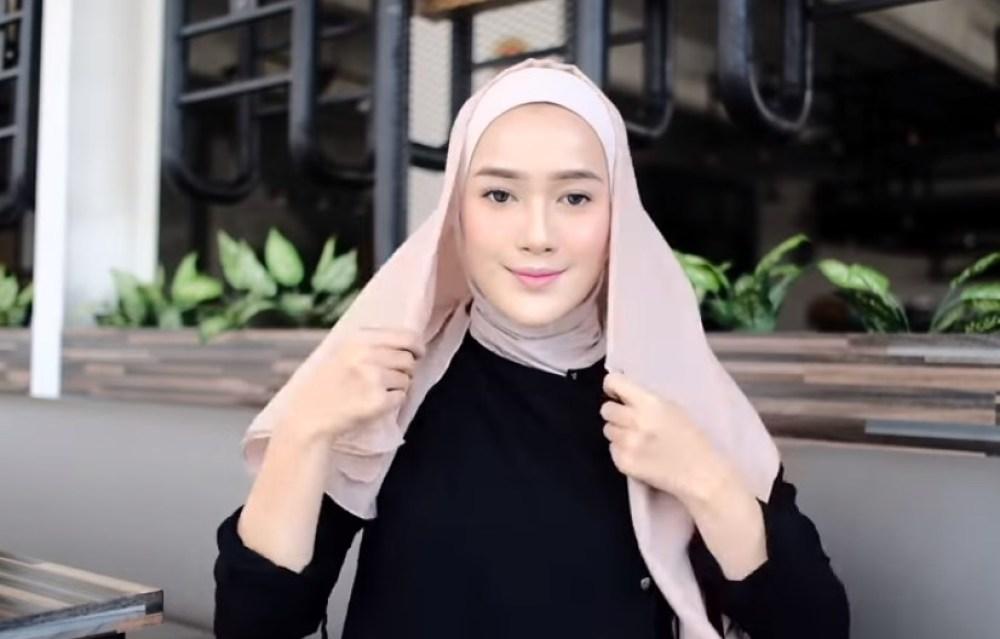 Toturial Hijab Segi Empat Model Pashmina Simple dan Modis, Buat Sisi Hijab Segi Empat Lebih Panjang Salah Satu Sisinya