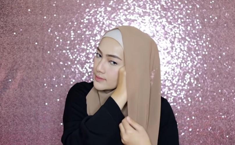 Tutorial Hijab Pashmina Syari Menutup Dada untuk Wisuda Lipat dan Rapikan Sisi Hijab Pendek Lalu Bawa ke Arah Sisi Hijab yang Lainnya (2)
