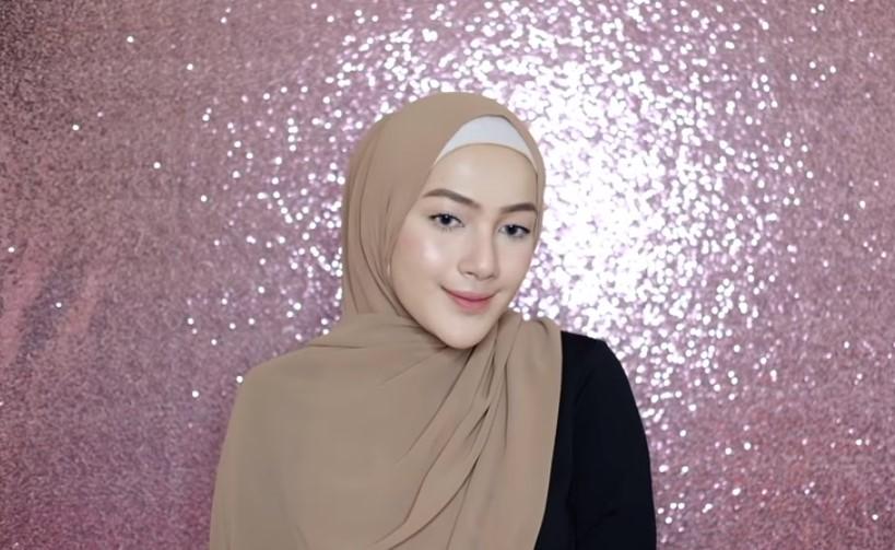 Tutorial Hijab Pashmina Syari Simple, Cepat dan Mudah Bawa Salah satu Sisi dan Letakkan Diatas Bahu 2
