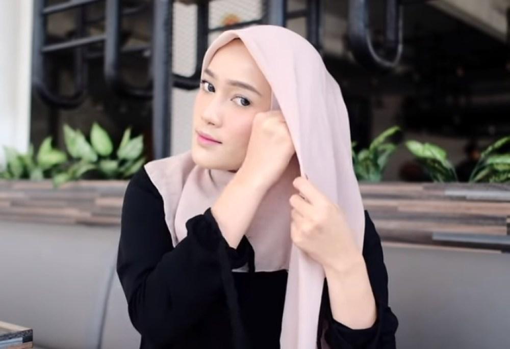 Tutorial Hijab Segi Empat Pesta Simple dan Modis, Bawa Sisi Hijab yang Dilipat ke Sisi Samping Kepala Lainnya