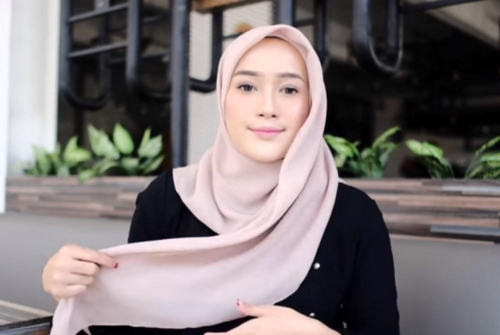 Tutorial Hijab Segi Empat Pesta Simple dan Modis, Bawa Sisi Hijab yang Panjang Tergerai ke Atas Bahu Sisi yang Lainnya