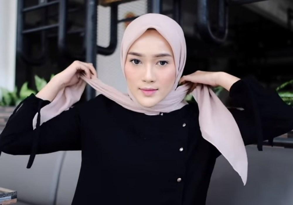 Tutorial Hijab Segi Empat Sederhana Simple dan Modis, Bawa Kedua Sisi Hijab Menyilang ke Belakang