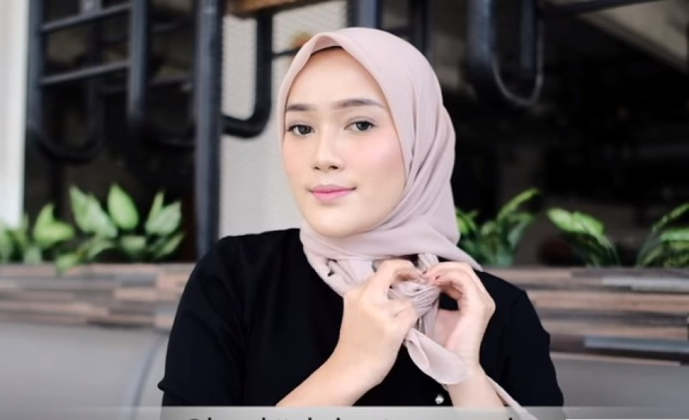 Tutorial Hijab Segi Empat Terbaru Simple Tapi Modis, Ikat Hijab dengan Simple dan Elegan