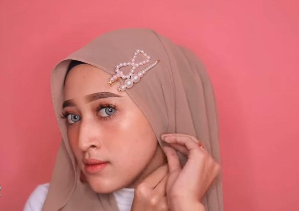 Cara Memakai Jilbab Pashmina Simple dan Mudah, Pasangkan Aksesoris Jepitan Rambut Hijab yang Lagi Hits