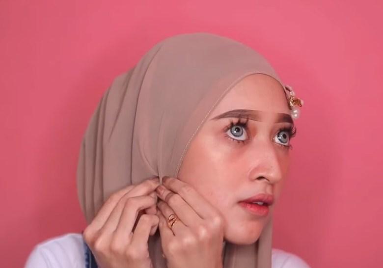 Cara Memakai Jilbab Pashmina Simple dan Mudah, Rapikan Bagian Sisi Samping Hijab yang Lainnya Lalu Sematkan Jarum