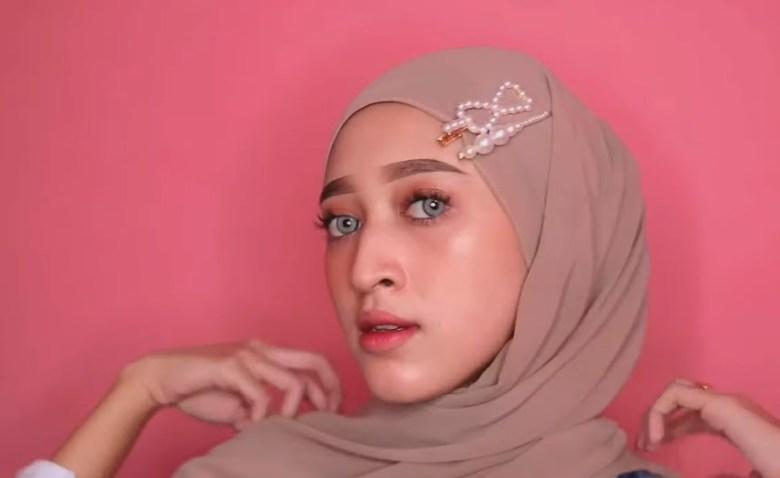Cara Memakai Jilbab Pashmina Simple dan Mudah, Rapikan Kedua Sisi Hijab yang di Kebelakangkan