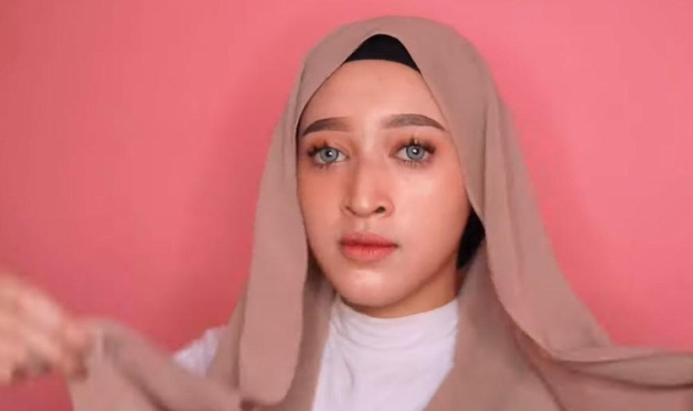 Tutorial Hijab Pashmina Kekinian dan Hits Simple dan Mudah, Pastikan Salah Satu Sisi Hijab Sangat Pendek dan Sisi Lainnya Sangat Panjang