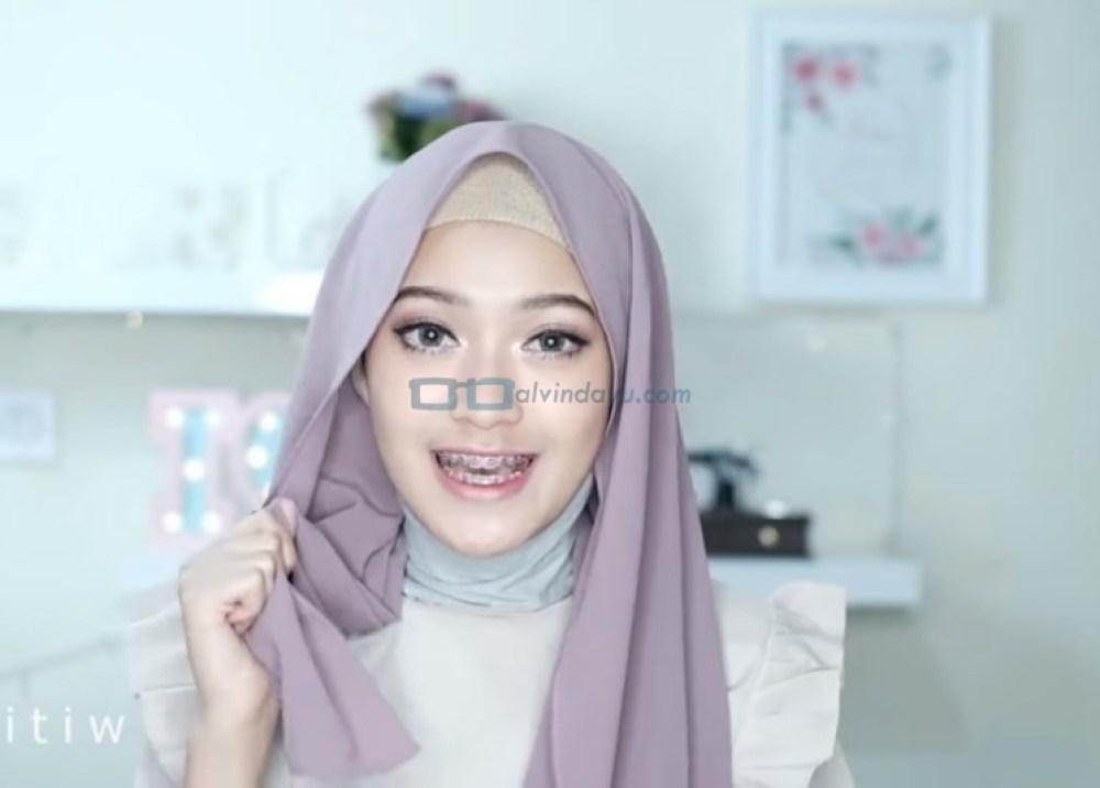 Tutorial Hijab Pashmina Pesta Modern Tanpa Jarum Pentul, Pastikan Salah Satu Sisi Hijab Lebih Panjang dari Sisi Lainnya