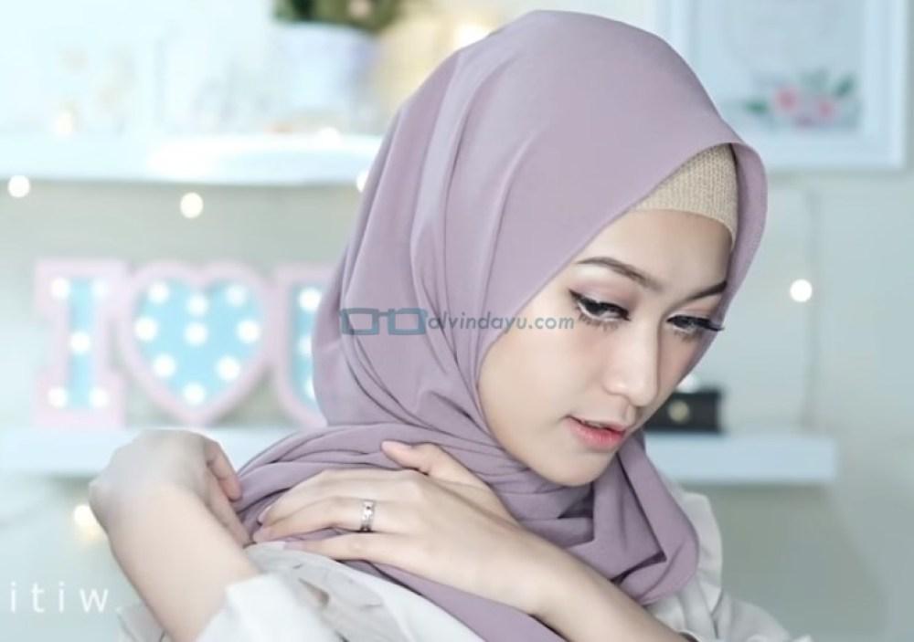 Tutorial Hijab Pashmina Pesta Pernikahan, Sematkan Jarum Pentul