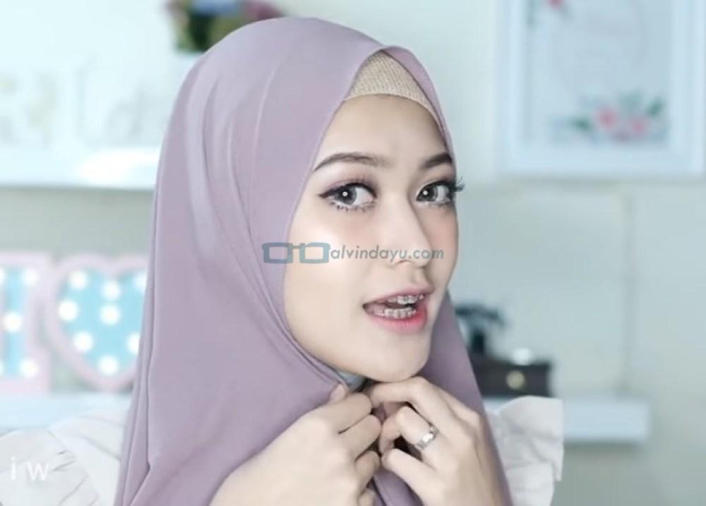 Tutorial Hijab Pashmina Pesta Simple Tanpa Jarum Pentul, Rapikan dan Lipat Sedikit Hijab Pada Samping Wajah Sisi Lainnya
